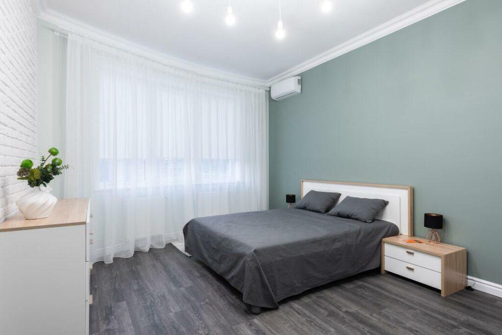 dunkelgrauer Parkettboden in einem Schlafzimmer